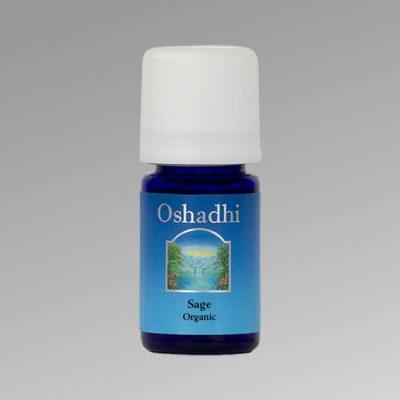 oshadhi zsálya illoolaj Salvia officinalisKeringésserkentő, vérnyomásemelő, baktérium-, vírus-, gombaölő, köhögéscsillapító és nyákoldó tulajdonságokkal rendelkezik. Erősen fertőtlenítő, kiegyensúlyozza a vegetatív idegrendszert, valamint a női hormonrendszert. Vízhajtó, emésztést segítő, csökkenti az éhségérzetet. Kozmetikai termékek kedvelt alapanyaga, hiszen a kombinált, zsíros bőr tonizálója, az érett bőr szere, bőrfeszesítő hatású, valamint izzadásgátló hatása miatt a dezodorok alkotóeleme. A nehezen emészthető, zsíros ételek ízesítője, alkalmazható pácokhoz, szószokhoz.